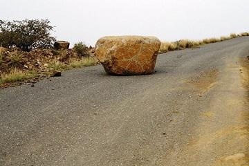 صخرة في وسط الطريق