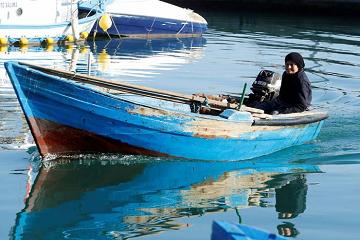 وحيدة في القارب